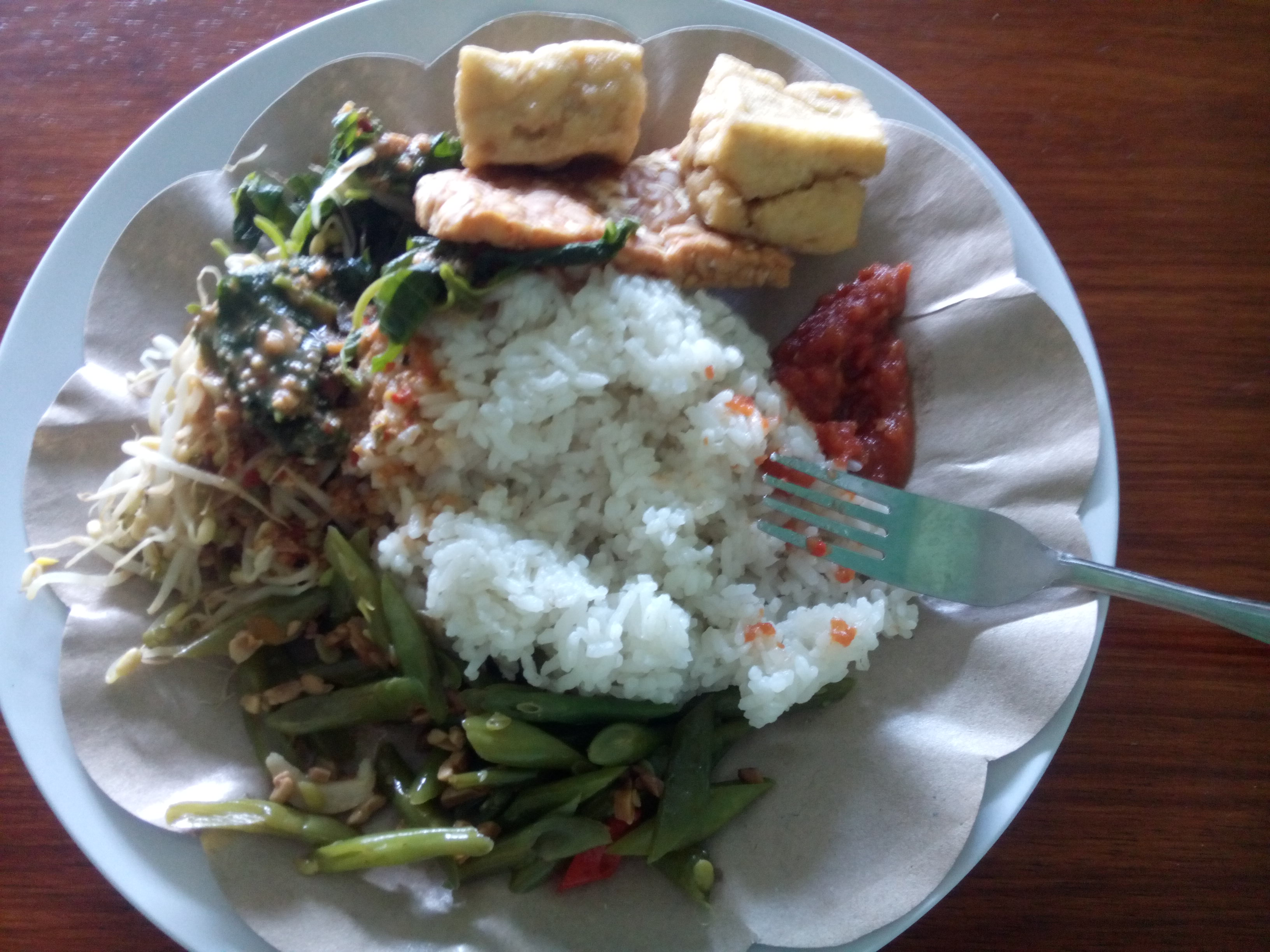 A plate of Indoenisan food